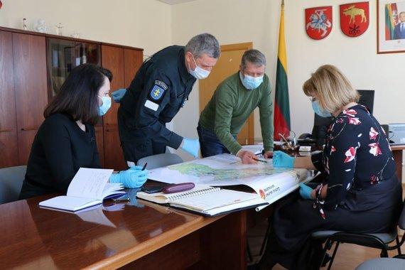 Lazdijų rajono savivaldybės nuotr./Lazdijų vadovai su policijos viršininku nusprendė, kurie įvažiavimai bus užtverti