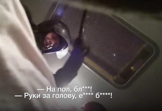 Žiaurus suimtųjų sumušimas sulaikytųjų autobuse / Video kadras iš svetainės tut.by.