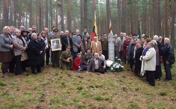 Varėnos rajono savivaldybės nuotr./Bolius Paulauskas prie partizano Nemuno  bunkerio vietos Jakulių miške