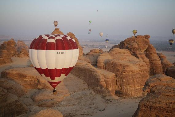 """Asmeninio archyvo/""""Pramogos ore"""" nuotr./Oro balionų fiesta Saudo Arabijoje"""