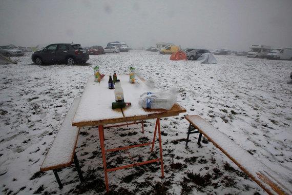 """AFP/""""Scanpix"""" nuotr./Muzikos festivalio dalyvius užklupo sniegas"""