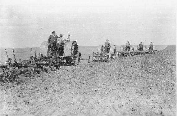 Tinklalapio kshs.org nuotrauka/S.Fišmanas su traktorininkais laukuose.