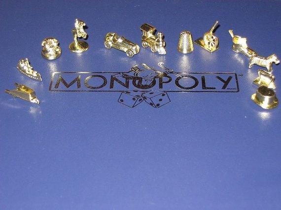 """wikimedia.org nuotr./Žaidimo """"Monopolis"""" figūrėlės"""