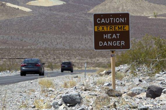 """""""Reuters""""/""""Scanpix"""" nuotr./Turistai vaikšto po Mirties slėnį Kalifornijoje"""