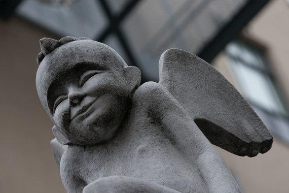 Skulptoriaus Vaido Ramoškos Baltojo angelo skulptūra Gedimino prospekte.
