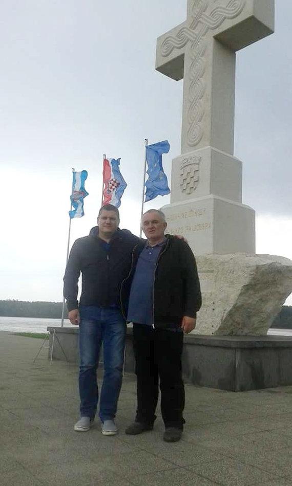 V.Kuznecovo asmeninio archyvo ir G.Maurico nuotr./V.Kuznecovas ir I.Pandža-Orkanas prie paminklo žuvusiems Vukovare