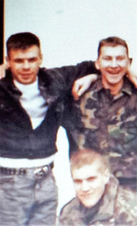 V.Kuznecovo asmeninio archyvo ir G.Maurico nuotr./1994 metai, Sunja. Stovi kroatų pajėgų žvalgai Lafas ir Nerminas, tupi Vitalijus Kuznecovas