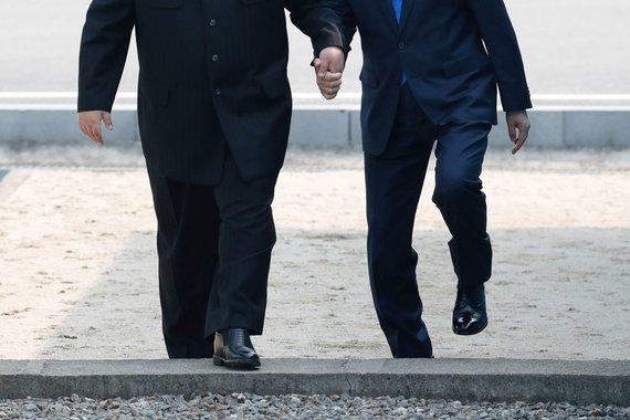 """AFP/""""Scanpix"""" nuotr./Šiaurės ir Pietų Korėjos lyderiai: Kim Jong Unas ir Moon Jae-inas"""