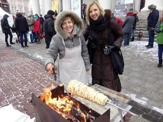 Žaslių kultūros ir tradicinių amatų centro nuotr./Šakočio kepimas Vilniaus Rotušės aikštėje labdaros mugės metu