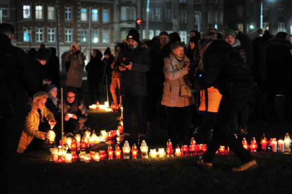 Violetos Grigaliūnaitės/15min nuotr./Gdansko gyventojai iš žvakių formavo širdį savo merui.