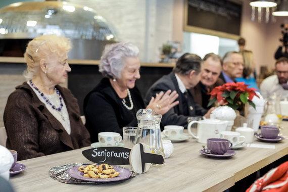 Vilniaus m. sav. nuotr./Senjorų pasisėdėjimas kavinėje