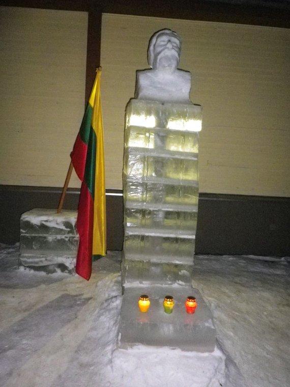 Giedriaus Mazūro nuotr./Ledinis paminklas Jonui Basanavičiui Leliūnuose.
