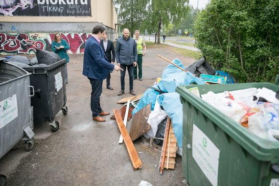 """Sauliaus Žiūros nuotr./Vilniaus savivaldybės ir """"VASA"""" atstovai tikrina atliekų išvežimą"""