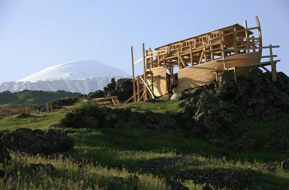 """""""Reuters""""/""""Scanpix"""" nuotr./Ararato kalno papėdėje statoma Nojaus laivo kopija"""