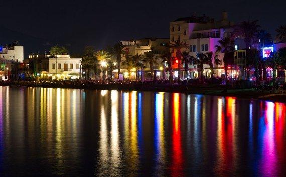 123rf.com nuotr./Viešbučiais užstatyta Bodrumo pakrantė naktį