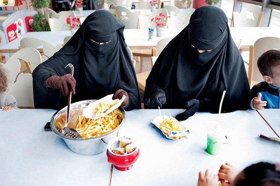 spiegel.de nuotr./Salafistės, net ir valgydamos, bijo atverti pašaliniams veidą.
