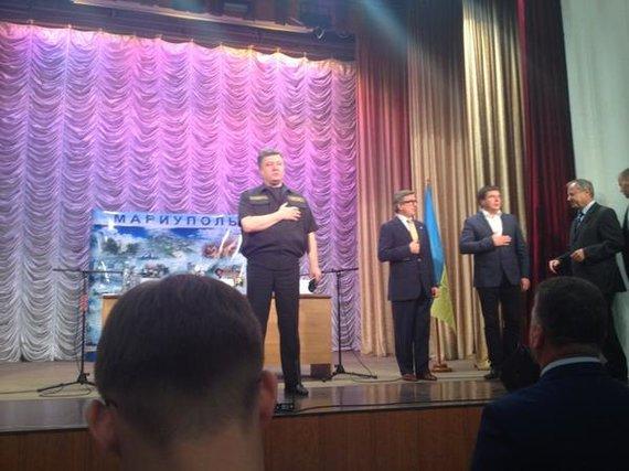 P.Porošenka Mariupolyje gieda Ukrainos himną