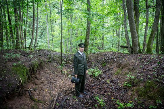 Luko Balandžio / 15min nuotr./K.Markevičius stovi didžiausio susprogdinto bunkerio vietoje
