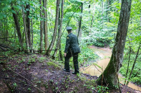 Luko Balandžio / 15min nuotr./Pakeliui į partizanų slėptuvę pažliugęs kelias girininkui sunkumų nesukėlė