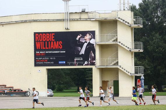 Luko Balandžio / 15min nuotr./Pasiruošimo darbai prieš Robbie Williamso koncertą Vingio parke