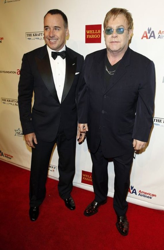 """Scanpix"" nuotr./Eltonas Johnas su partneriu Davidu Furnishu"