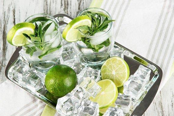 Fotolia nuotr./Gėrimai su citrinomis ir ledukais