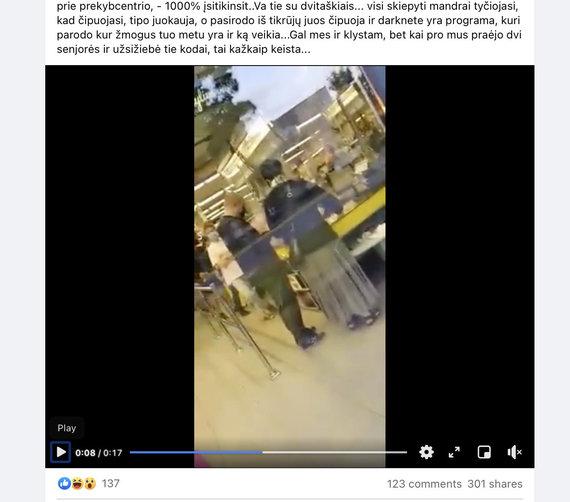 """Ekrano nuotr. iš """"Facebook""""/Eksperimentuotojai """"nustatė"""", esą prie kasos stovintis vyras pasiskiepijęs nuo COVID-19"""