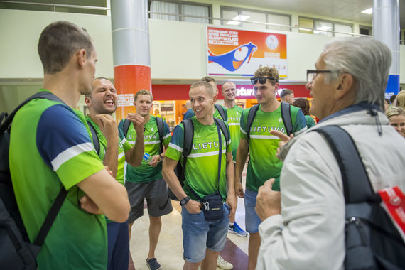 Augusto Četkausko nuotr./Kurčiųjų olimpinė krepšinio rinktinė su treneriu Algimantu Šatu