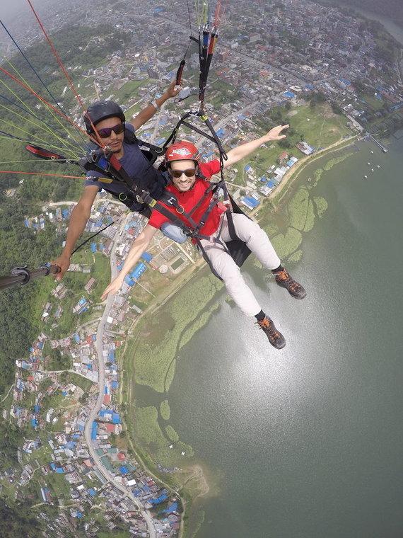Eglės Zicari nuotr./Vytautas (priekyje) skrenda parasparniu virš Nepalo miesto Pokharos, nuotr. iš asm. albumo