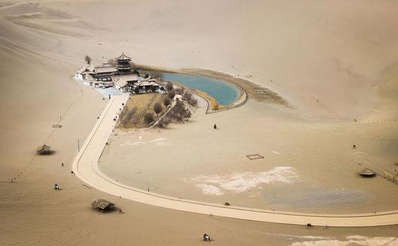 123rf.com nuotr./Pusmėnulio formos ežero oazė, Kinija