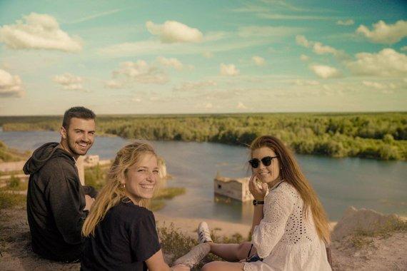 Asm.archyvo nuotr./Luna ir Achilleas Estijos Muhu saloje susitiko projekto kolegę, kuri jiems aprodė alvarso kraštovaizdį