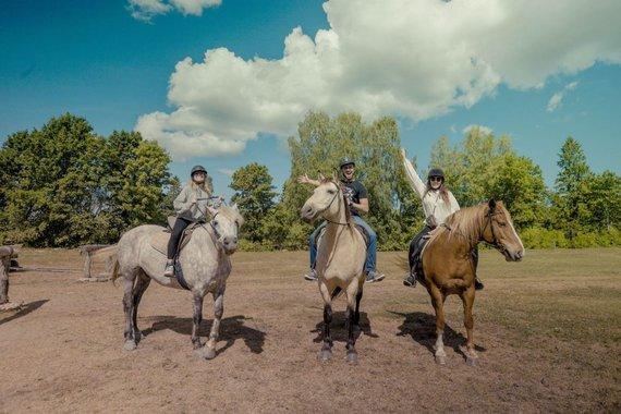 Asm.archyvo nuotr./Luna ir Achilleas Estijoje Muhu saloje susitiko projekto kolegę, kuri jiems aprodė alvarso kraštovaizdį žirgais