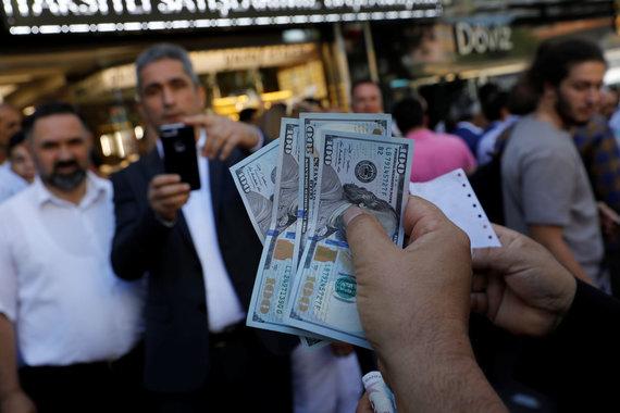 """""""Reuters""""/""""Scanpix"""" nuotr./Turkijoje po liros vertės smukimo"""