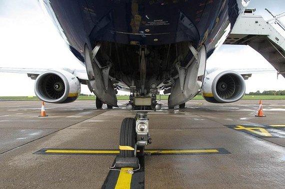 """Air Accident Investigations Branch nuotr./""""Ryanair"""" pilotas nutupdėlėktuvą su nulūžusiu važiuoklės ratu"""