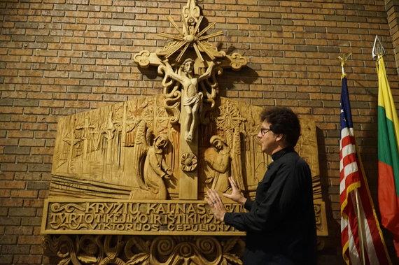 """""""Tikslas – Amerika"""" nuotr./Kunigas Gintaras Jonikas pasakoja apie Dievo apvaizdos bažnyčios tautines detales"""