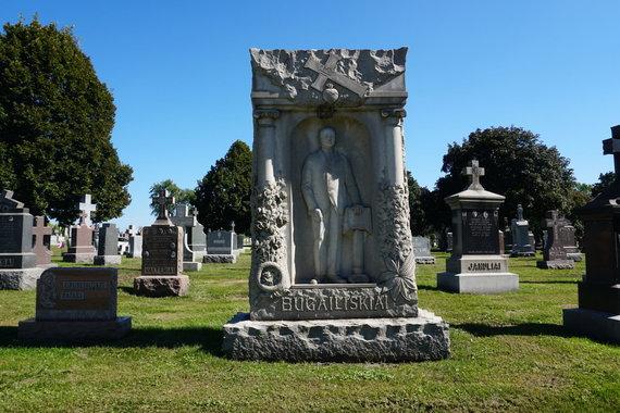 """""""Tikslas – Amerika"""" nuotr./Įspūdingi antkapiai lietuviams Šv. Kazimiero kapinėse Čikagoje"""