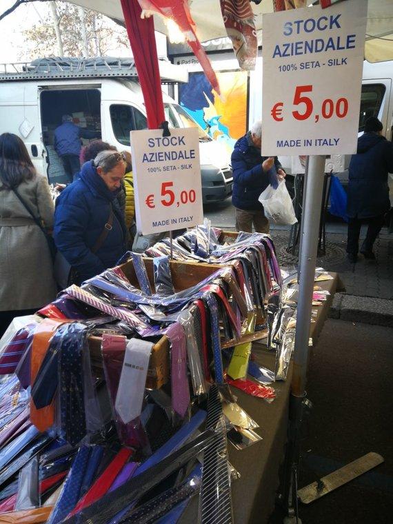 Sandros Galdikaitės nuotr./Itališkų kaklaraiščių špardavimas Fauché turguje