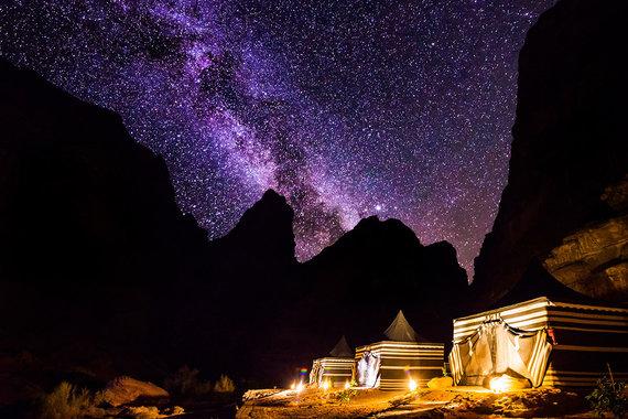 Shutterstock.com nuotr./Naktinis dangus Ramo Vadės dykumoje