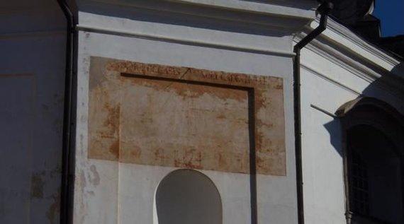 kvr.kpd.lt, Sabinos Strazdienės nuotr./Pažaislio kamaldulių vienuolyno ansamblio Švč. Mergelės Marijos Apsilankymo bažnyčios fasado fragmentas – saulės laikrodis