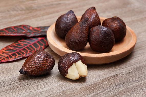 Shutterstock.com nuotr./Valgomoji salakpalmė arba gyvatės vaisius