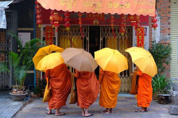 Ievos Bašarovienės nuotr./Rytinis budistų aukų rinkimas. Kambodža, kaip ir kitos Pietryčių Azijos šalys, priklauso Theravados budizmo krypčiai, kurių vienuolius atpažinti galima iš oranžinės arba šafrano spalvos rūbų