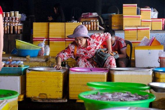 Ievos Bašarovienės nuotr./Kepo turguje parduodamos šviežios jūros gėrybės iškeliauja ne tik į Pnompenio restoranus, bet ir toliau. Krabus gaudančios moterys giriasi, kad jų pagauti laimikiai pasiekia net JAV bei Europos parduotuves