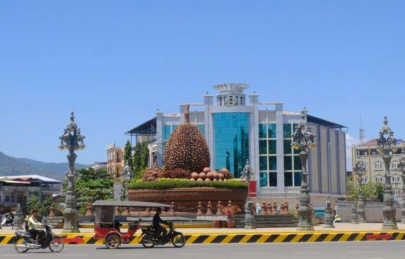 Ievos Bašarovienės nuotr./Kampot miestelio centre stūkso milžiniškas paminklas garsiajam Pietryčių Azijos vaisiui – durijui