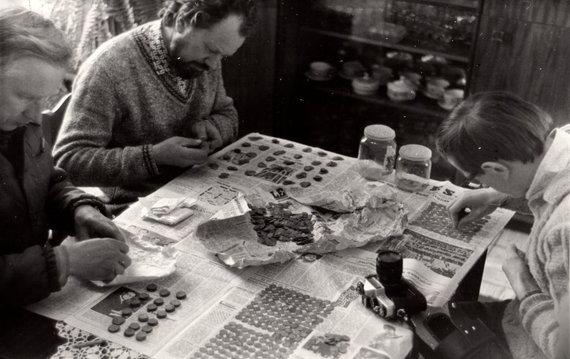 Utenos kraštotyros muziejaus archyvo nuotr./Archeologai tyrinėja Tauragnų lobį
