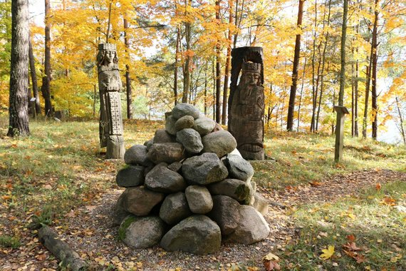 visitzarasai.lt nuotr./Basų kojų parkas prie Vencavo ežero baltų mitologiniais ir LDK motyvais