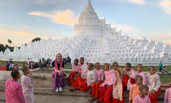 Asm.archyvo nuotr./Astra Petkūnaitė ir būsimos Mianmaro vienuolės