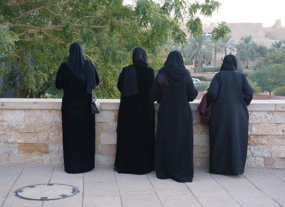 R.Pogorelio nuotr./Nors moterims leidžiama nebedengti galvų, provincijoje beveik nėra taip besielgiančių