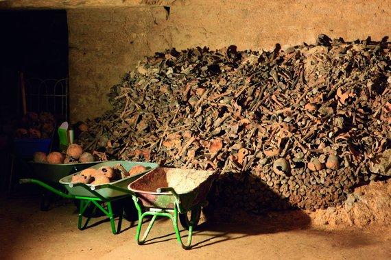Vytauto Kandroto nuotr./Kartkartėmis katakombose sudūlėję kaulai perrenkami ir sudėliojami iš naujo