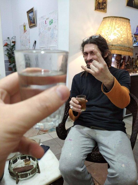 G.Baranausko nuotr./Čačos paragavimas su sutiktu baltarusiu. Stikliukai nemaži