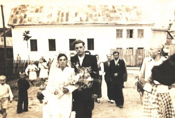 Didysis Kloizas praėjus 12 m. nuo uždarymo. Smilgos gatvėje gyventojus žydus pakeitė lietuviai: Jadvygos ir Česlovo Jaugelavičių vestuvės. 1953 m. Editos Bodendorfės albumas.